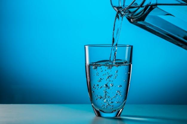 نوشیدن آب برای جلوگیری از ریزش مو