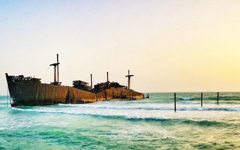 کشتی یونانی به گل نشسته