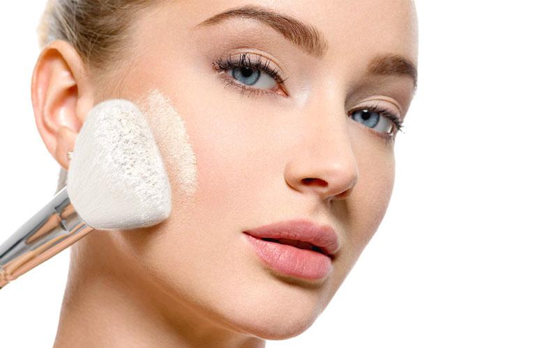 استفاده از کرم پودر آرایشی برای جوانتر به نظر رسیدن