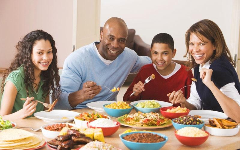 خوردن شام با کودکانمان برای شادبودن کودک