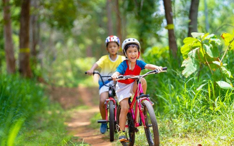 بازی کودکان درفضای باز برای شادی کودک