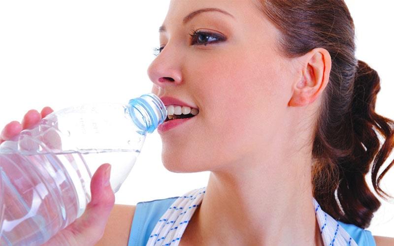 همراه داشتن بطری آب برای نوشیدن 8 لیوان آب در روز