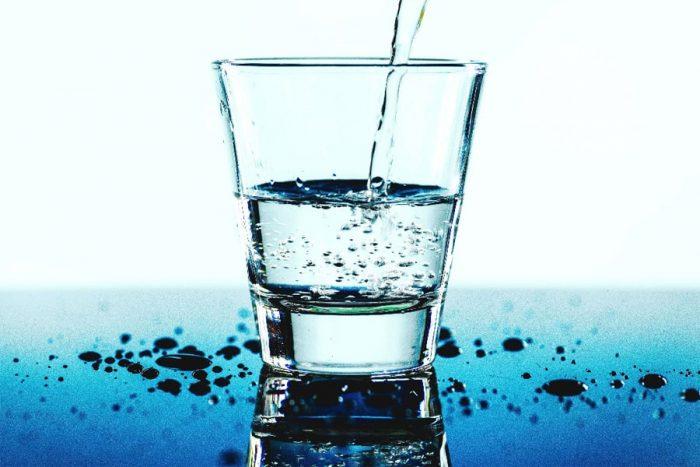 نوشیدن 8 لیوان آب در روز